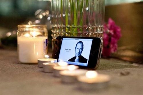 Afp-getty-images-andrew-burton-hommage-a-steve-jobs-le-5-octobre-2011-devant-devant-la-boutique